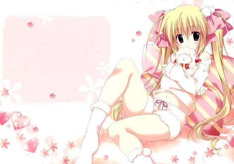 Обои Девушка сидит облокотившись на подушку, прижимая к груди плюшевую овечку, на белом фоне в розовых цветах и сердечках