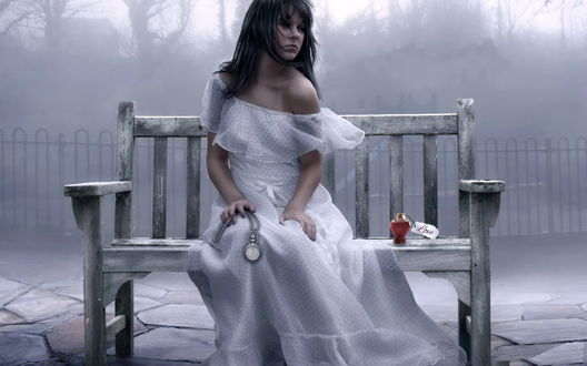 Обои Черноволосая грустная девушка в длинном белом платье, держащая в руке мужские карманные часы с цепочкой, сидящая на скамье у металлической ограды на фоне тумана, рядом с ней стоит флакон с духами и биркой с надписью (Love / Любовь), по щекам девушки текут слезы отчаяния от разбившейся любви