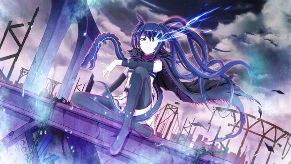 Обои Девушка с синими волосами сидит на полу крыши на фоне пасмурного неба, из глаза летят искры, вокруг нее вьется змея