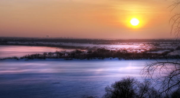 Обои Холодный зимний рассвет над заснеженными полями