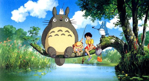 Обои Персонажи из аниме Тоторо / Totoro сидят на ветке дерева над рекой и ловят цветы, раков и другие частички природы