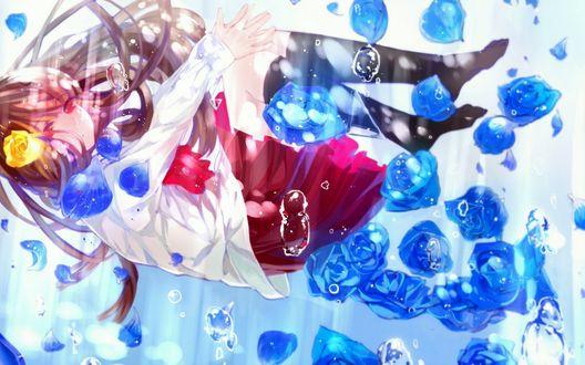 Обои Ib / Иб из одноименной игры с желтой розой в волосах, среди синих роз, лепестков и пузырей, под водой