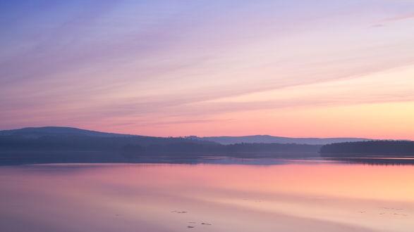 Обои Розовый туман над безмятежной водной гладью реки