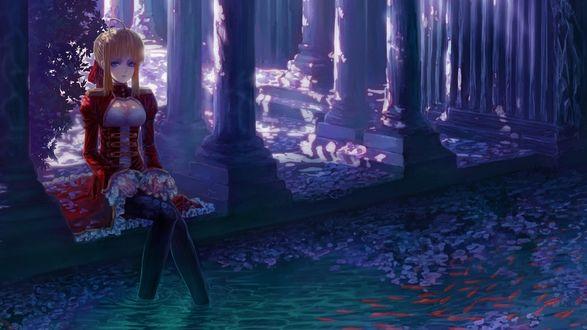 Обои Рыжеволосая девушка, одетая в красный бархатный камзол, сидящая на каменном сооружении с колоннами, освещенными солнечными лучами, опустила ноги в водоем с плавающими декоративными красными рыбками и покрывшими водную поверхность лепестками цветов