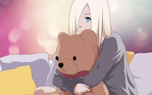 Обои Яманака Ино / Yamanaka Ino держит в руках игрушечного медведя и грустно смотрит куда то вперед из аниме Наруто / Naruto