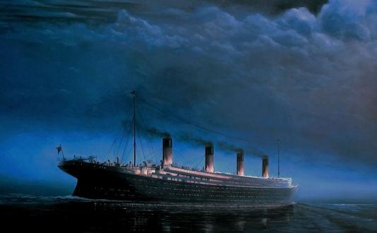 Обои Титаник / Titanik плывет по океану поздним вечером среди пасмурного неба с зажженными огнями в каютах
