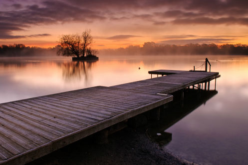 Обои Деревянный причал в озере над которым клубится туман