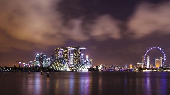 Обои Красивый ночной город у воды