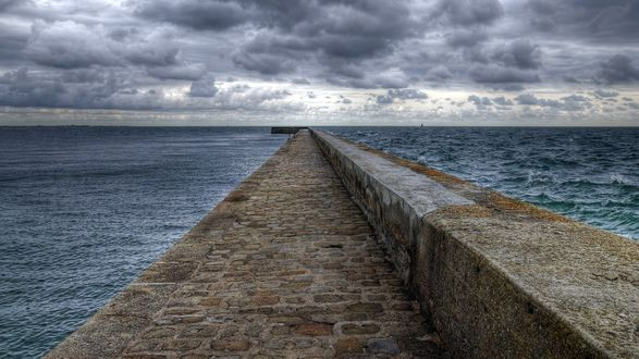 Обои Большой причал на фоне синего моря и серых туч