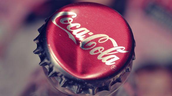 Обои Погнутая крышка напитка Coca Cola / Кока Кола