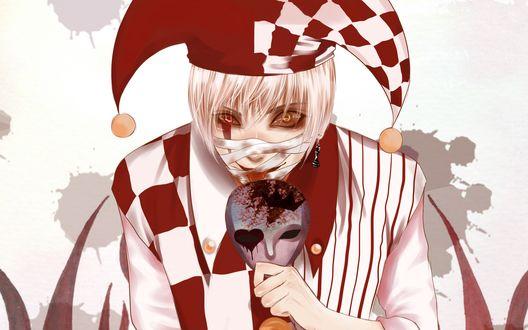 Обои Парень в костюме шута с бинтом на лице с серьгой, в виде шахматной фгуры, в ухе облизывает маску, которую он держит в руке