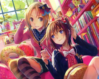 Обои Девушки сидят в комнате и слушают музыку в наушниках