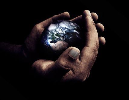 Обои Мужские руки держат земной шар