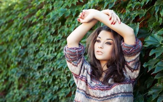 Обои Модель Christina Nicolaeva / Кристина Николаева в теплом свитере держит руки над головой