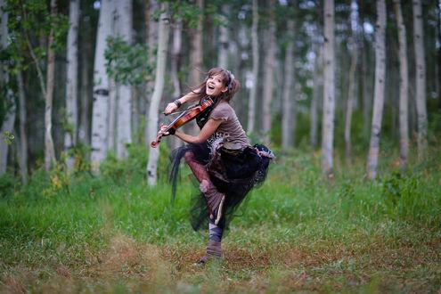Обои Линдси Стирлинг / Lindsey Stirling играет на скрипке в лесу