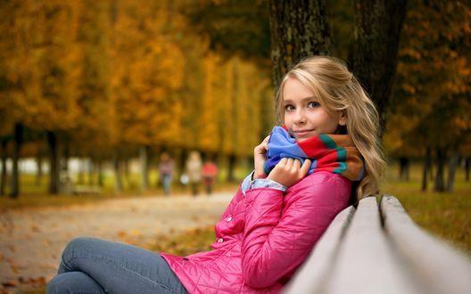 Обои Девушка сидит на скамейке в осеннем парке