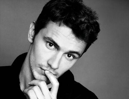 Обои Актер Джеймс Франко / James Franco приложил палец к губе