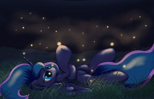 Обои Принцесса Луна / royal luna лежит на траве в окружении светлячков / арт к мультфильму my little pony