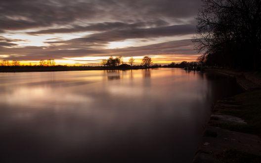 Обои Поздний закат над озером