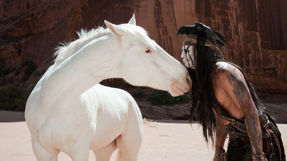 Обои Джонни Депп / Johnny Depp в роли индейца приблизился к белому коню, из кино Одинокий рейнджер / The Lone Ranger