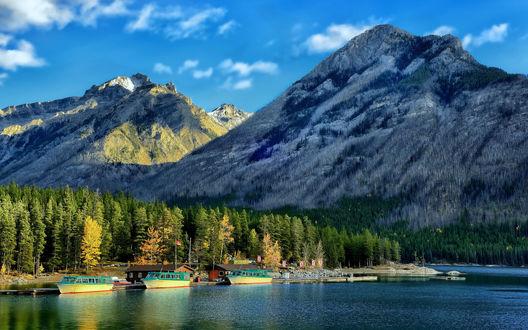 Обои Лодки стоят у причала озера Минневанка / Minnewanka, которое разлилось у Канадских Скалистых Гор / Canadian Rockies в Национальном парке Банф / Banff National Park в городе Альберта / Alberta, Канада / Canada