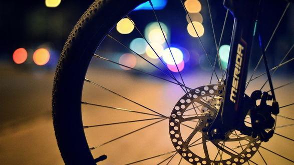Обои Велосипед марки Merida стоит на фоне дороги