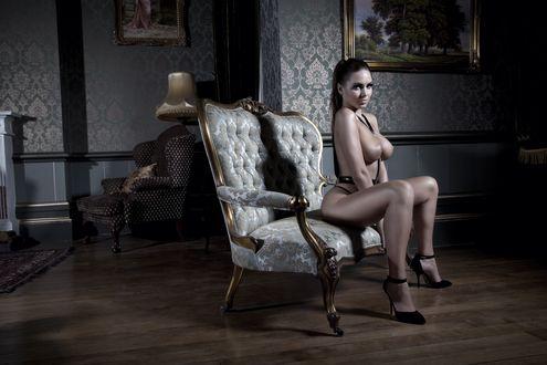 Обои Сабина Емельянова / Sabina Emelyanovа сидит на кресле в туфлях на шпильке
