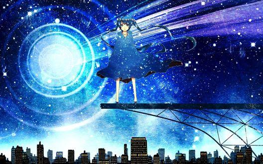 Обои Vocaloid Hatsune Miku / Вокалоид Хатсуне Мику стоит на железной вышке на фоне ночного неба