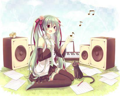 Обои Vocaloid Hatsune Miku / Вокалоид Хатсуне Мику сидит на траве, среди листов бумаги, рядом лежит карандаш, сидит кошка, сзади стоят колонки, на одной из них сидит белка, с цветком в лапах, и синтезатор