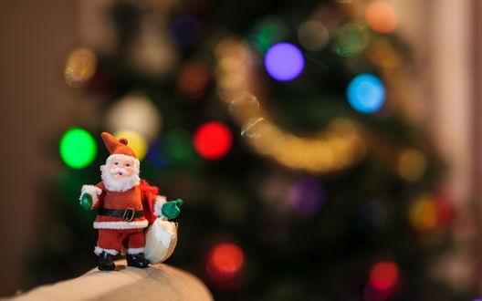 Обои Маленькая милая фигурка Деда Мороза в макросъемке