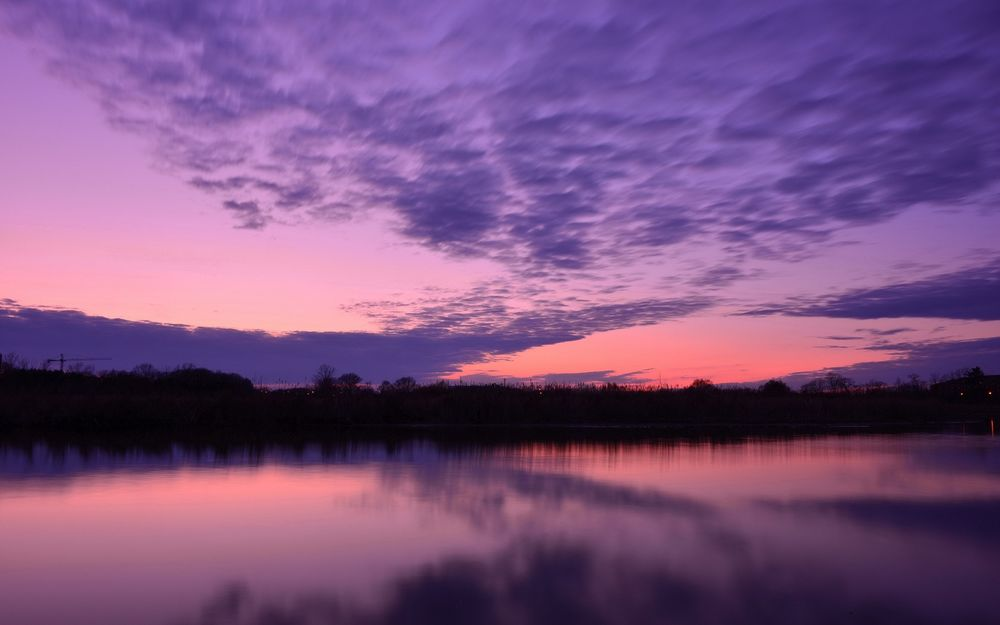 Обои для рабочего стола Розовое вечернее небо с фиолетовыми облаками отражается в реке