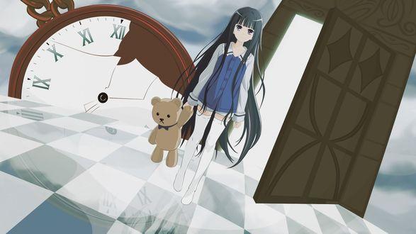 Обои Девушка стоит на черно-белом полу, держа в руке плюшевого мишку на фоне открытой двери и разбитых часов