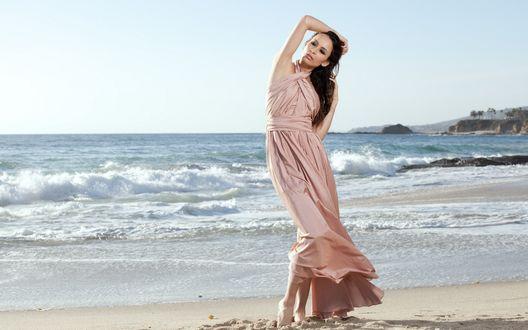 Обои Девушка в розовом длинном платье стоит на берегу моря