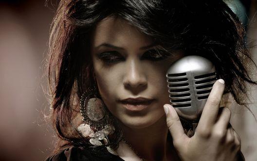 Обои Израильская певица Yasmin Levy / Ясмин Леви с микрофоном у лица