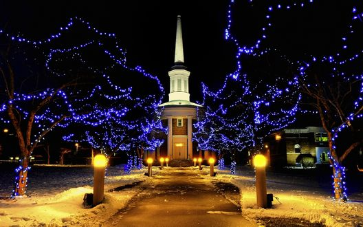Обои Здание на фоне вечерней аллеи, освещенной фонарями и гирляндами