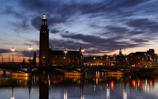Обои Ночной город, освещенный фонарями, отражается в воде, Stockholm, Sweden / Стокгольм, Швеция