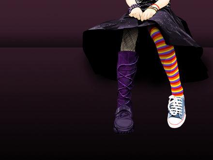 Обои Девушка в темном платье, в разной обуви на ногах