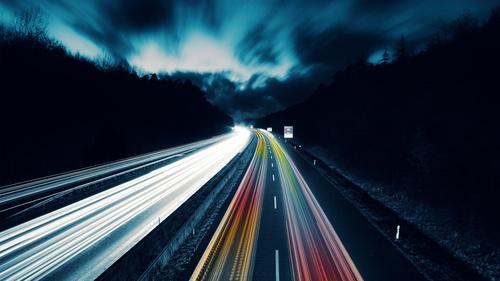 Обои Синее ночное небо над дорогой с оживленным движением, обои ...