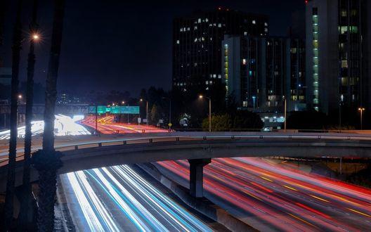 Обои Ночной город с оживленным движением на автомагистралях