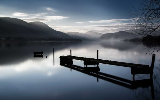 Обои Мост над горным озером в тонком вечернем тумане