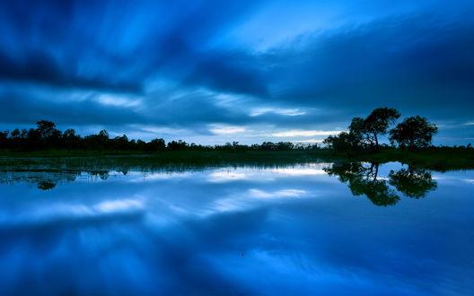 Обои Синее ночное небо отражается в реке