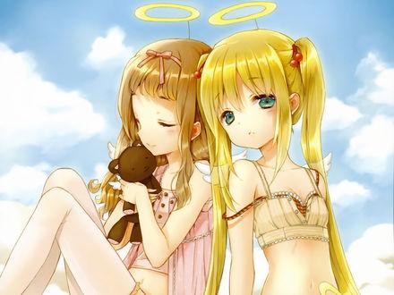 Обои Двое девочек-ангелов, одна из которых держит плюшевого медведя, сидят на фоне неба, прижавшись друг к другу