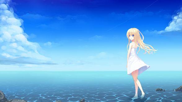 Обои Светловолосая девушка в белом платье, идущая по берегу моря на фоне голубого неба