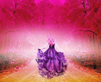 Обои Девушка в длинном платье стоит к нам спиной и держит за полы юбку, внизу усыпанную листьями, из осени к зиме - впереди деревья, покрытые первым снегом