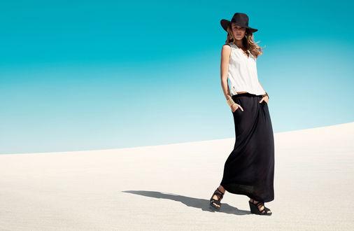 Обои Модель Frida Gustavsson / Фрида Густавссон в черной юбке, белой блузке и черной шляпе на белом песке