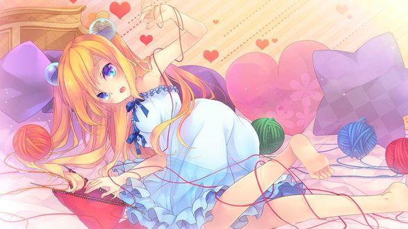 Обои Светловолосая девушка в платье лежит на кровати с запутанными нитками руками и ногами удивленно смотря в сторону