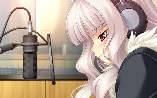 Обои Светловолосая девушка в наушниках на голове сидит напротив микрофона