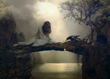 Обои Девушка-шатенка с длинными волосами, одетая в белый костюм, сидящая на каменном перешейке над водой между двумя скалами, положила блестящий кулон с цепочкой перед сидящей рядом вороной, фотография Nataliorion
