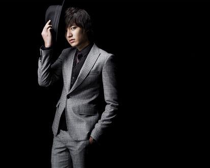 Обои Lee Min Ho / Ли Мин Хо южнокорейский актер, одетый в серый костюм, со шляпой в руке