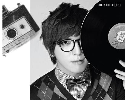 Обои Jung Yong Hwa / Чон Ён Хва южнокорейский актер и певец в очках с пластинкой в руке (THE SUIT HOUSE)